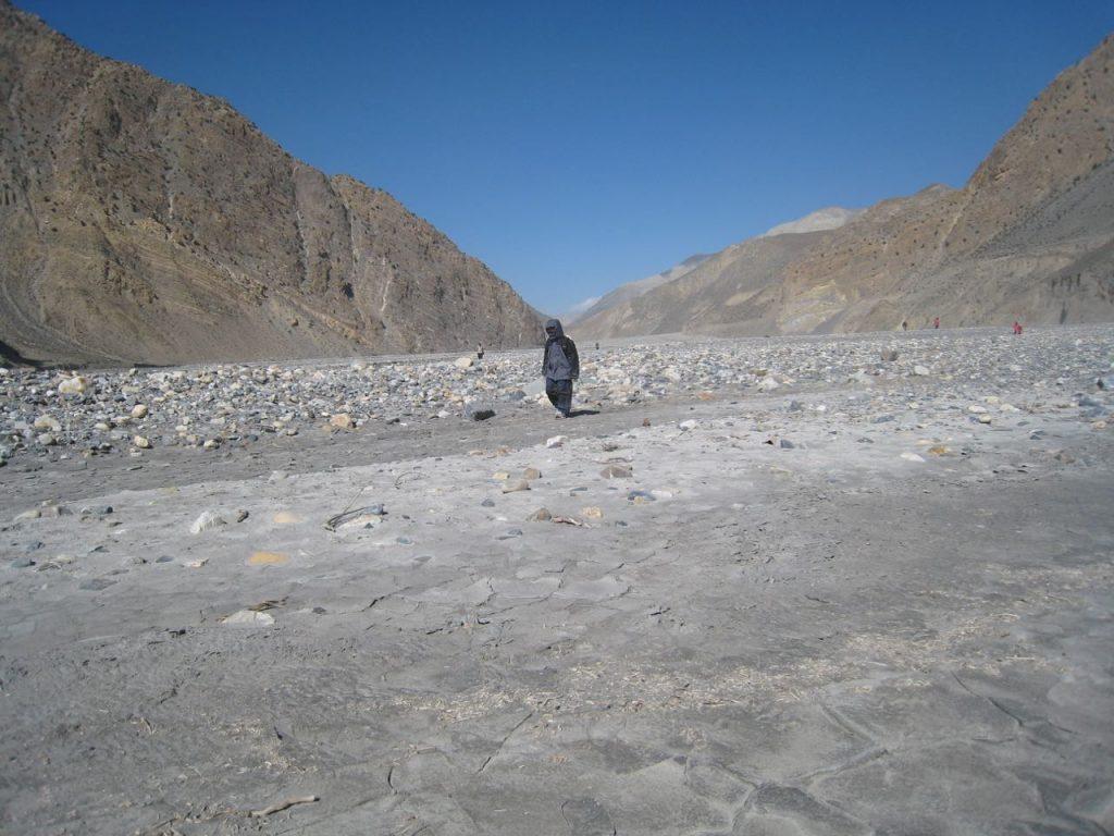 カリガンダキの河原で化石を探す 2007 ジョムソン・トレッキング