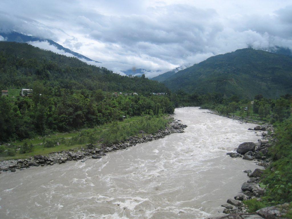 増水するトリスリ川 2008 ランタン・トレッキング