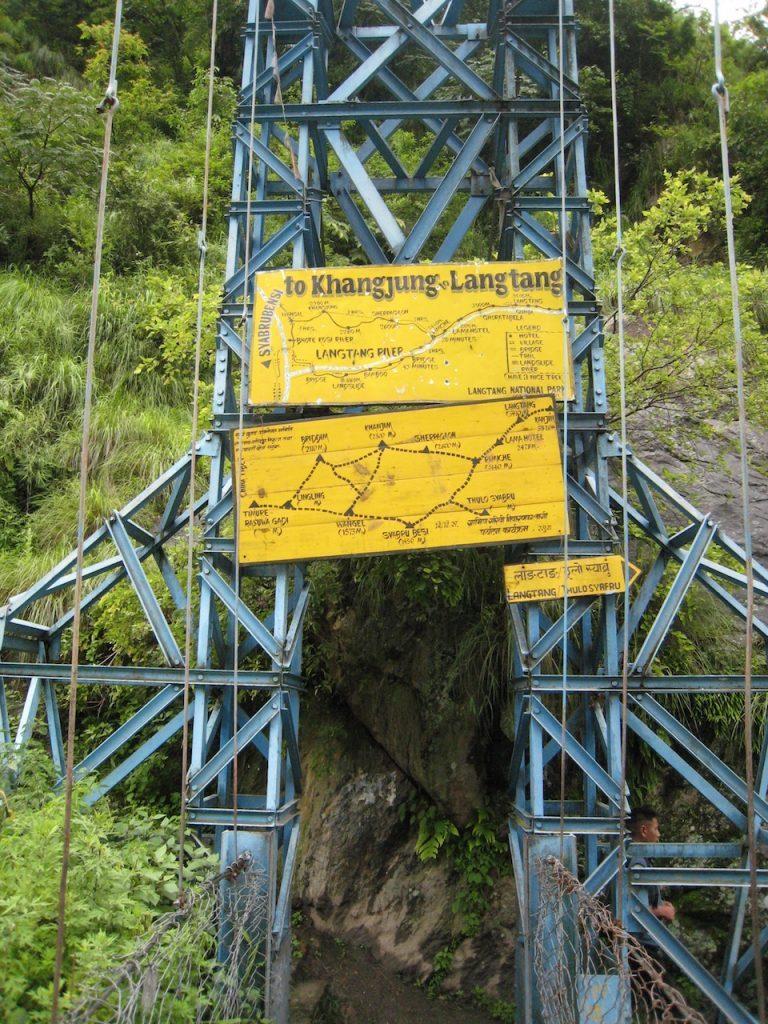 ボテコシ川に掛かる吊り橋2008 ランタン・トレッキング