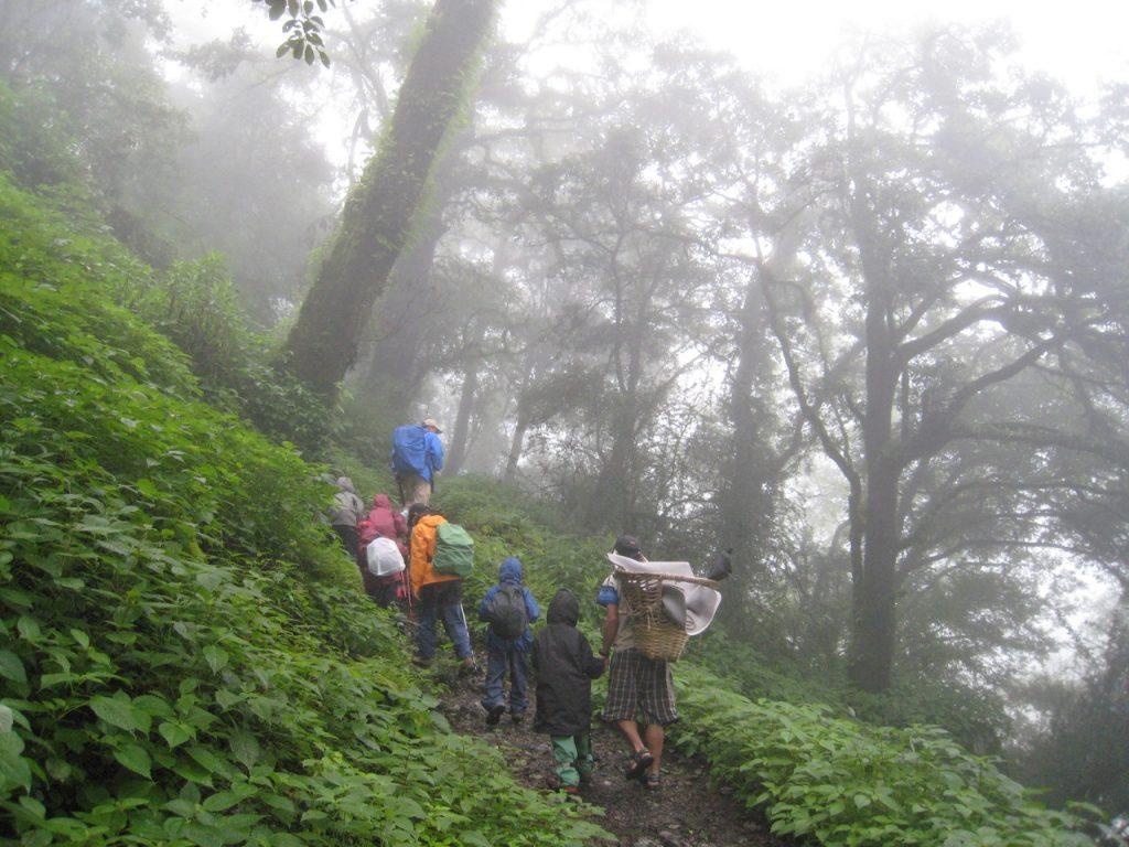 霧の中、雨具を着て進む 2008 ランタン・トレッキング