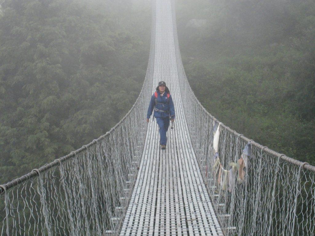 吊り橋を渡る 2008 ランタン・トレッキング