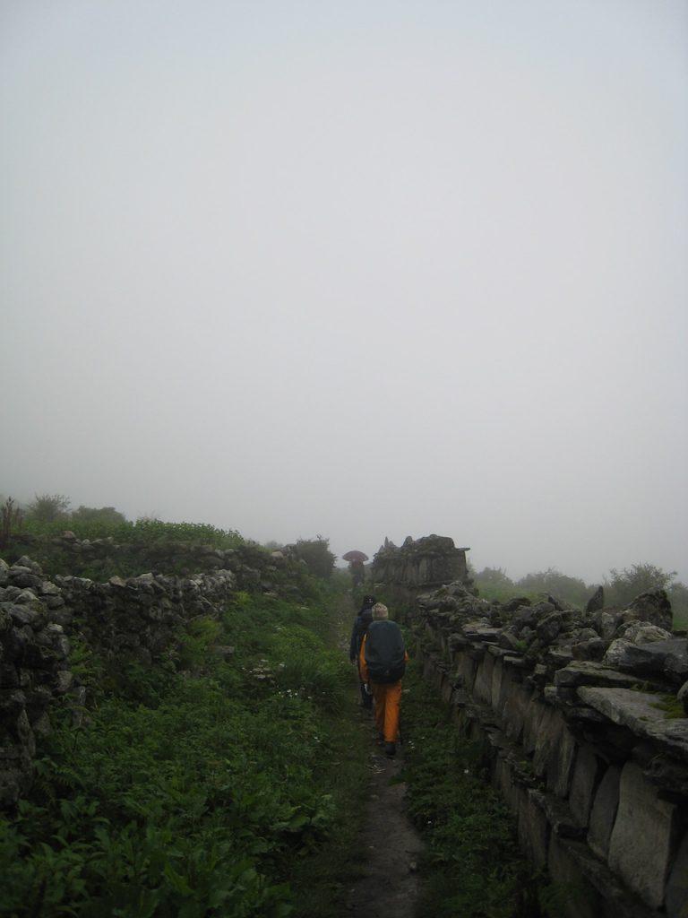 マニ石の壁の左側を歩く 2008 ランタン・トレッキング