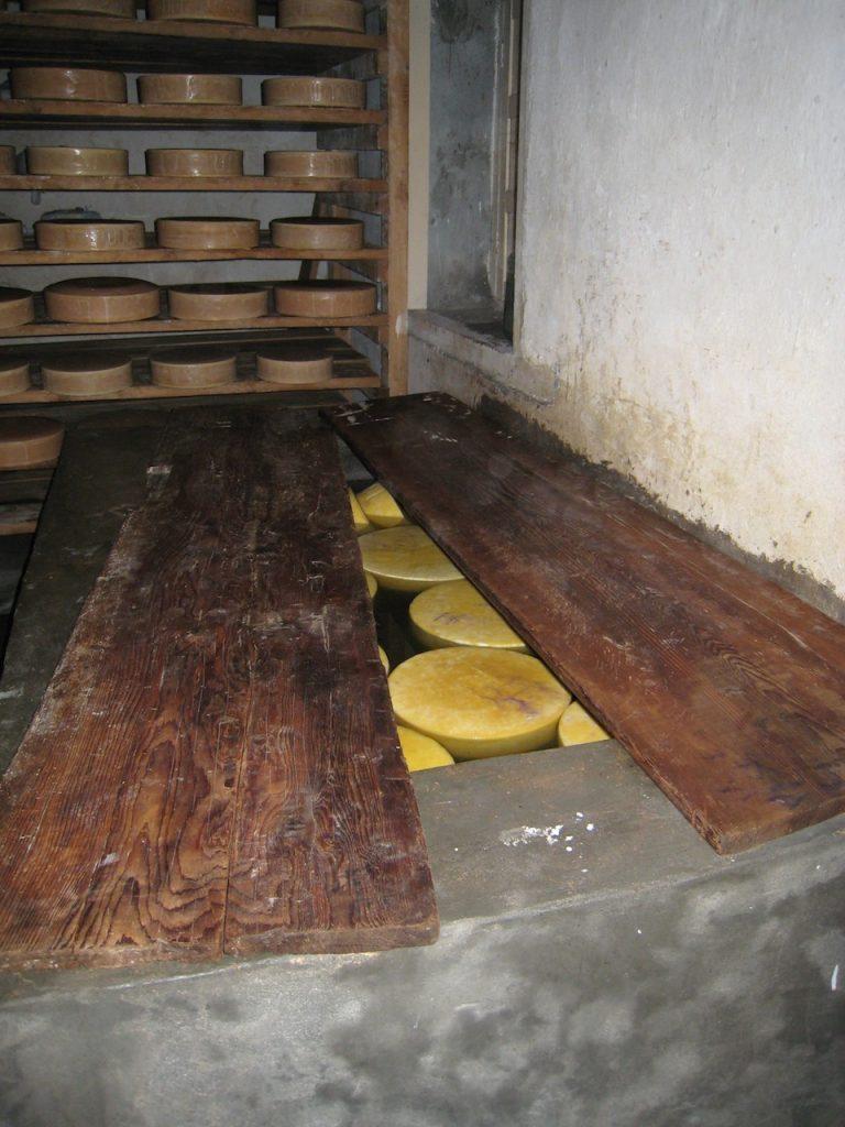 塩水槽、定期的に塩水にに付けて表面を洗い、 再び棚に戻して熟成させる 2008 ランタン・トレッキング