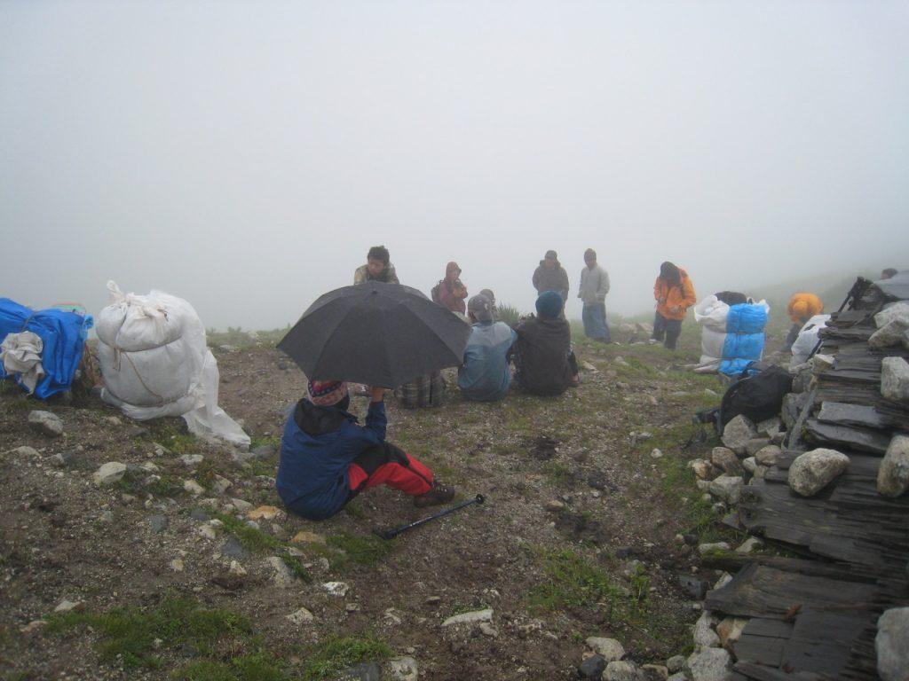 下山中の人たちと情報交換 2008 ランタン・トレッキング