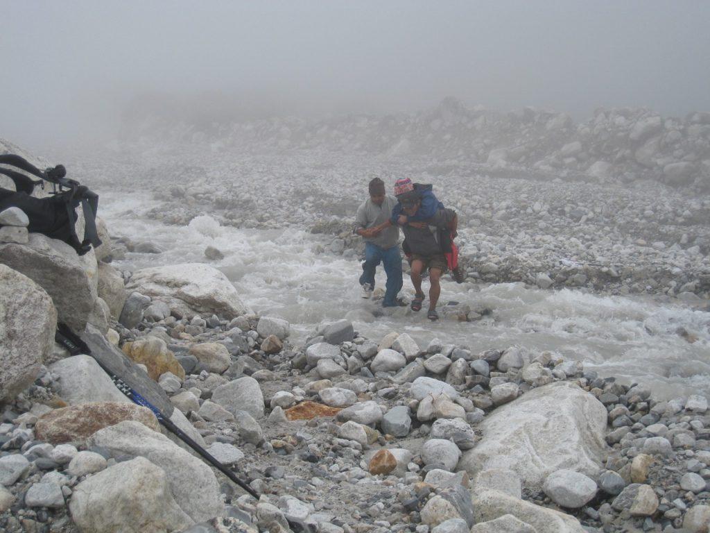 途中の川が増水していた 2008 ランタン・トレッキング