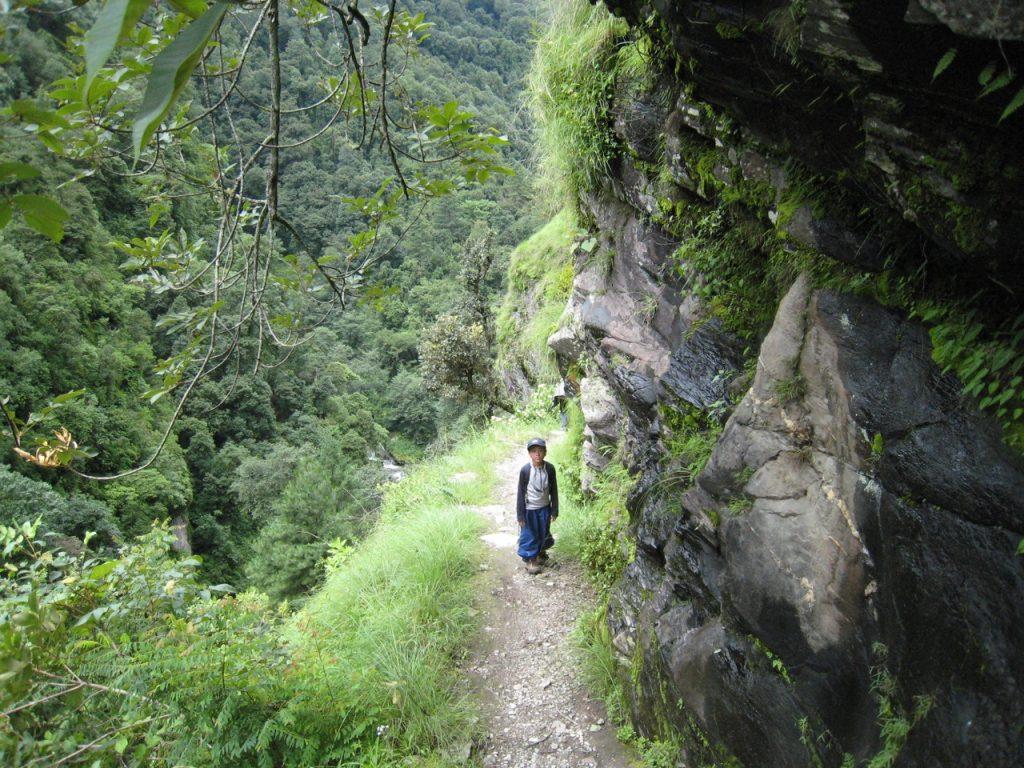 崖沿いの道 2008 ランタン・トレッキング