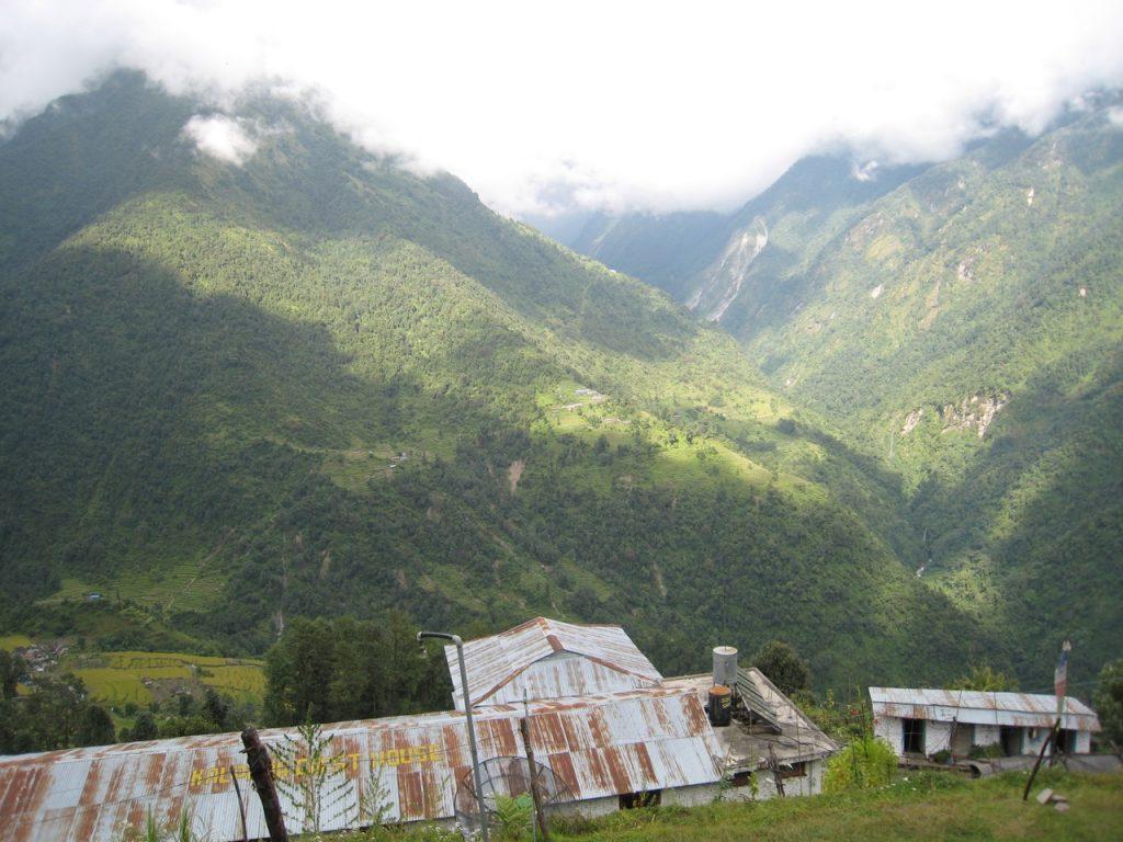 チョムロンからABC方向。 明日は手前の谷底まで降りて正面の斜面を上る 2008 アンナプルナ・ベースキャンプ・トレッキング