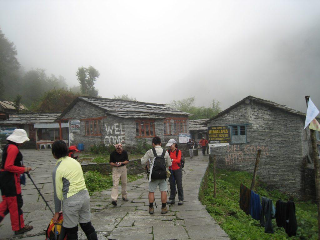 ヒマラヤ、谷側 (右側) のロッジに宿泊 2008 アンナプルナ・ベースキャンプ・トレッキング