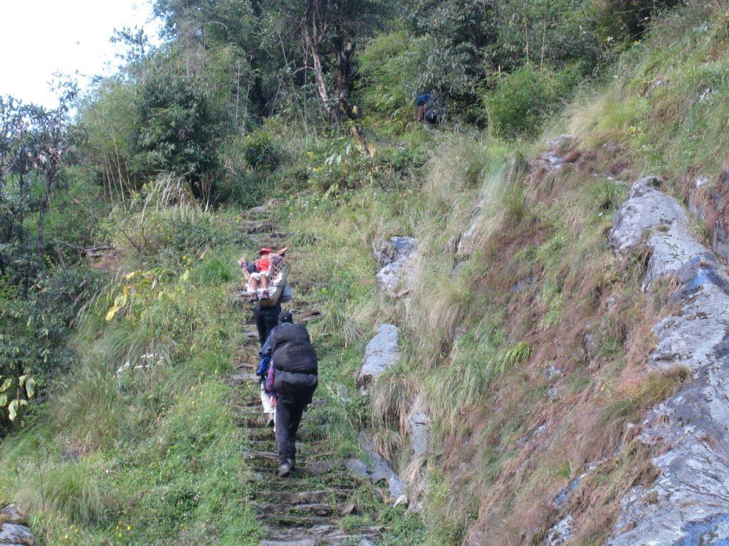 アップダウンを繰り返しながら標高を下げて行く 2008 アンナプルナ・ベースキャンプ・トレッキング