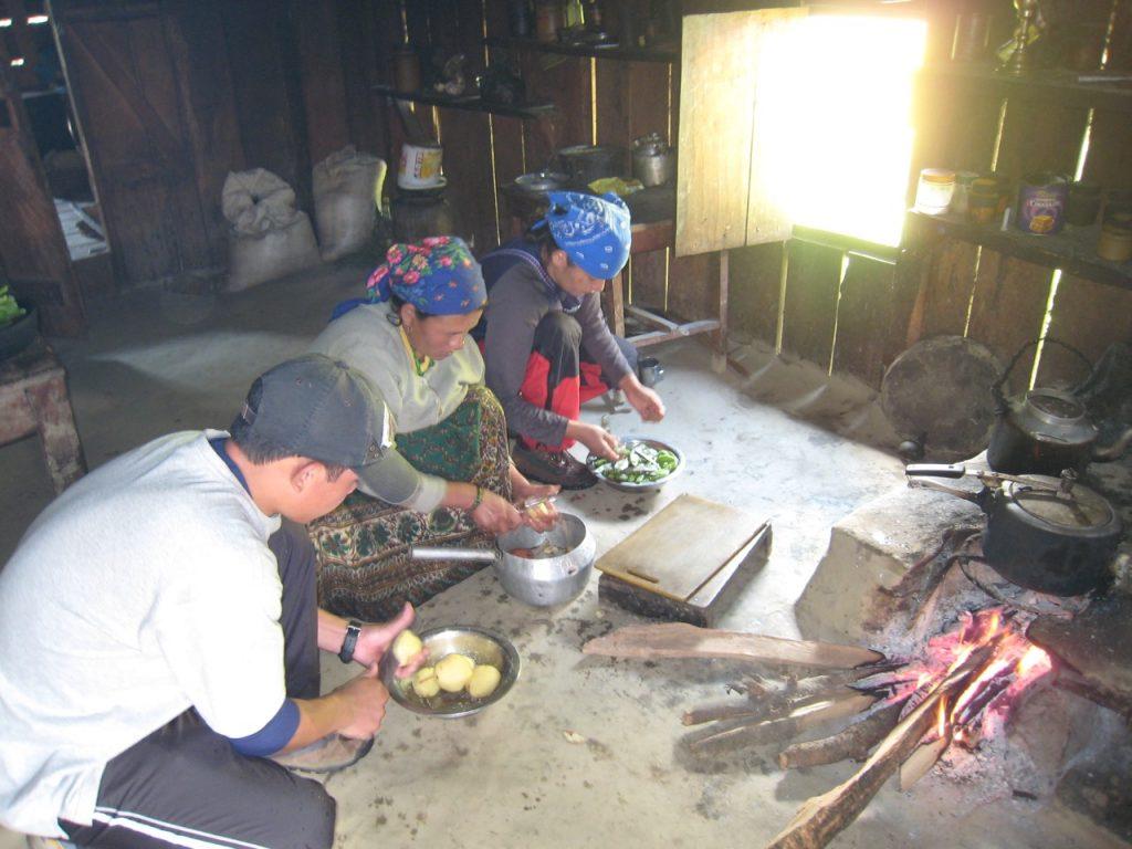 調理を手伝う 2008 アンナプルナ・ベースキャンプ・トレッキング