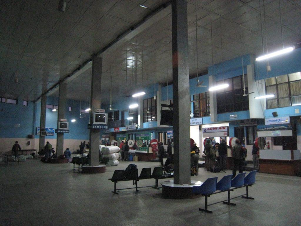 早朝のトリブバン国際空港国内線ターミナル 2009 ナムチェ・バザール・トレッキング