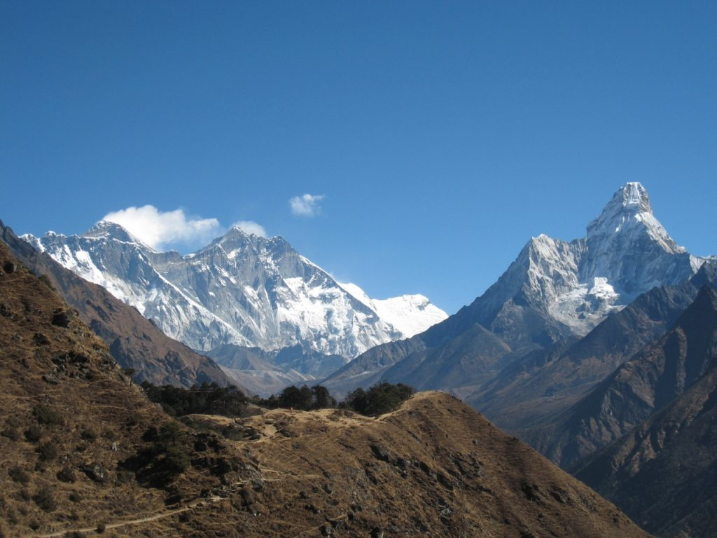 エベレスト、ローチェ、アマ・ダブラム (エベレスト・ビュー・ホテルの手前から) 2009 ナムチェ・バザール・トレッキング