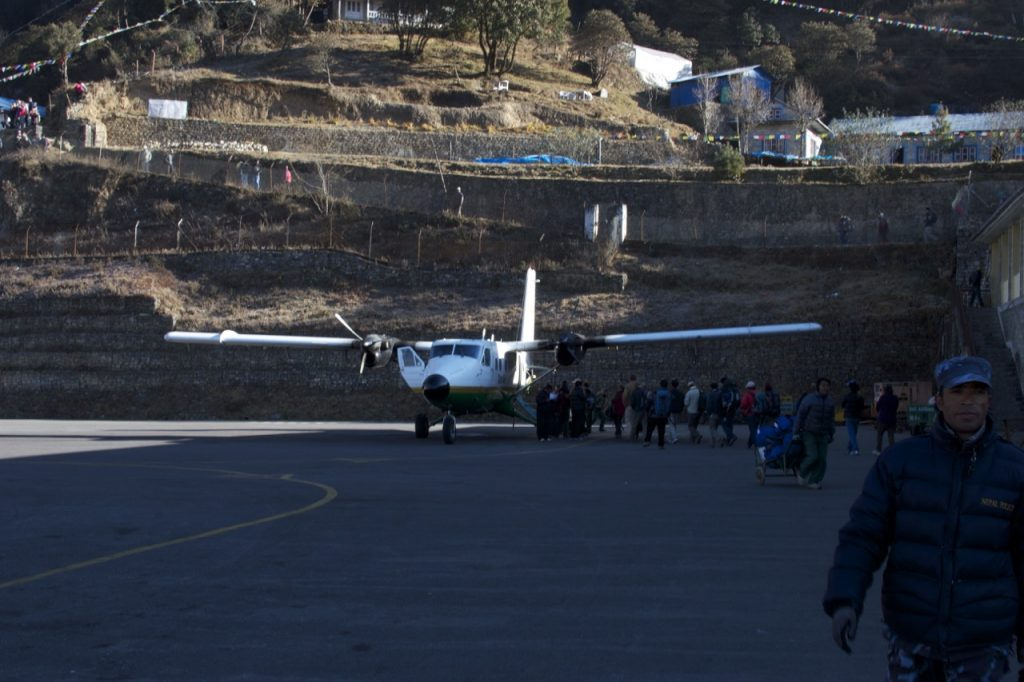 折り返しカトマンズに向けて飛ぶタラ・エアー 2010/11 ナムチェ・バザール・トレッキング
