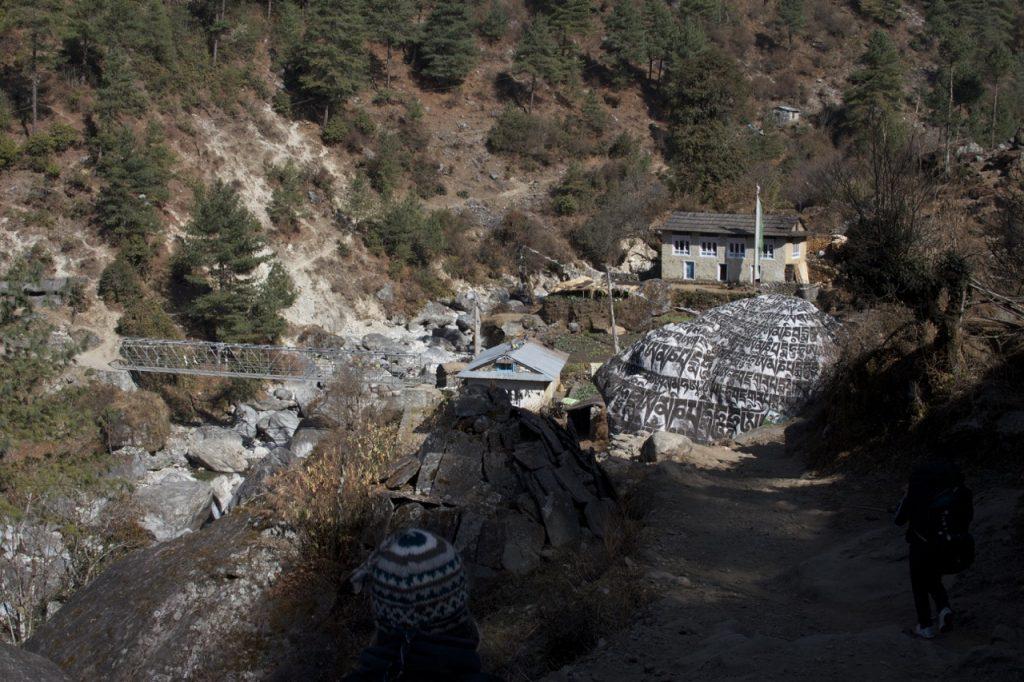 ルクラ〜パクディン間にあるチベット経文の掘られた大きな石 2010/11 ナムチェ・バザール・トレッキング