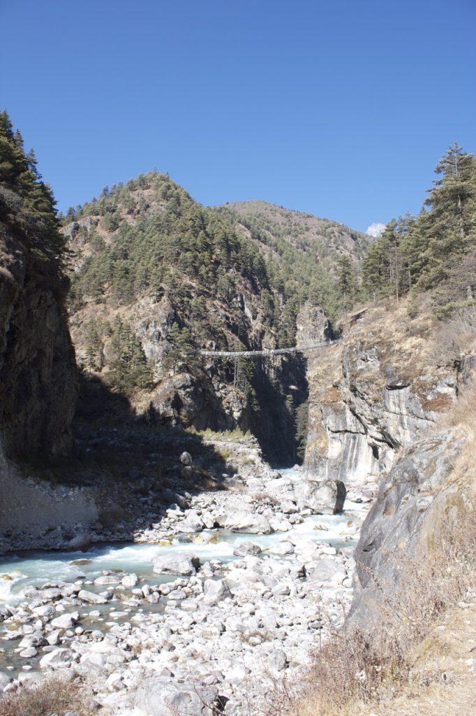 ドゥドゥ・コシ川にかかる吊り橋。ここから600mの上り 2010/11 ナムチェ・バザール・トレッキング
