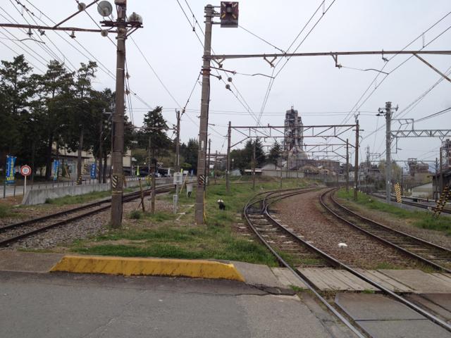 東藤原駅 後方は太平洋セメント藤原工場 2013年4月14日