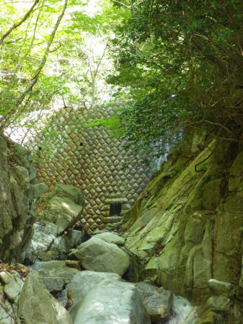 古い堰堤を越える 宇賀渓 2014年5月2日