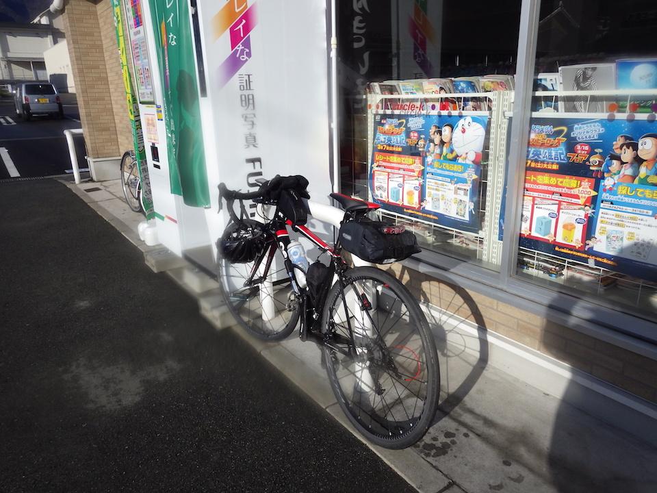 尾鷲市街地のコンビニ (174km)で朝食休憩 2015BRM307近畿300km松阪