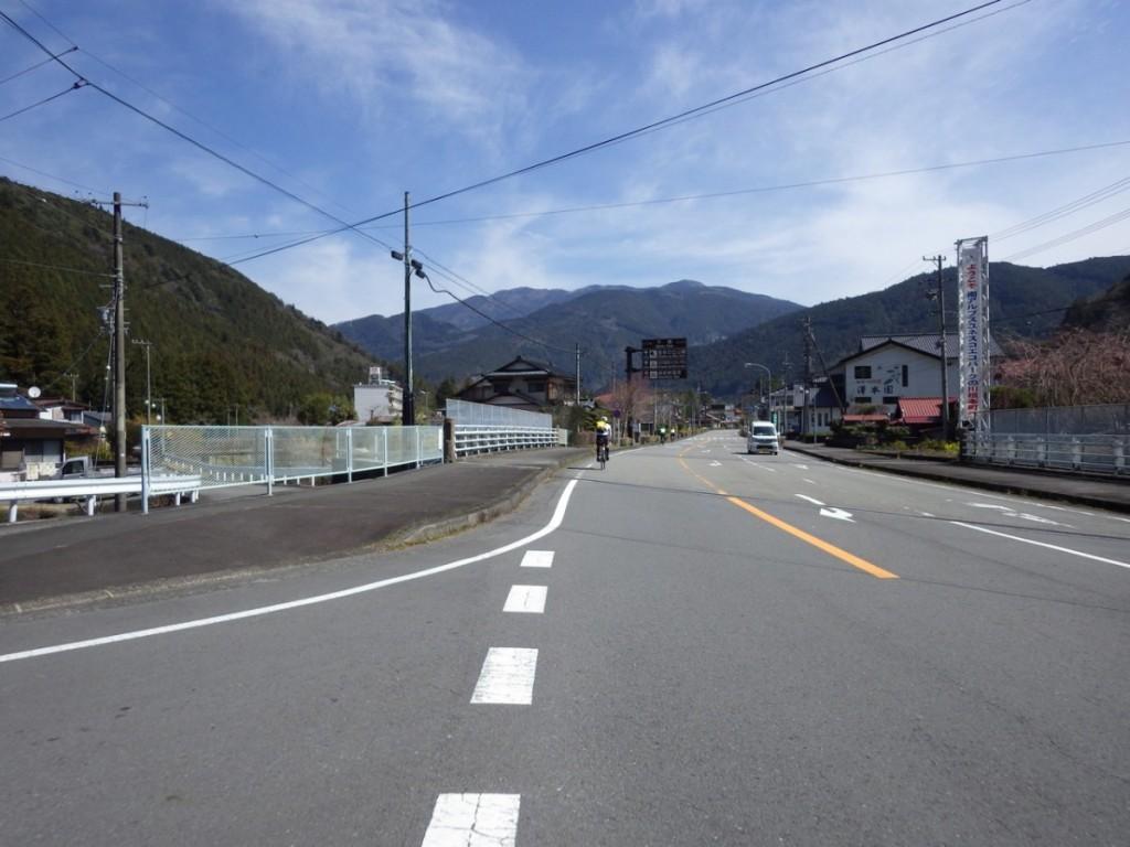 このあたりでは他の参加者と前後しつつ進む (2015BRM328井川300km)
