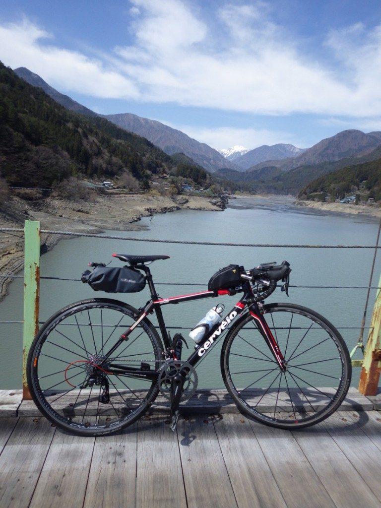 井川ダムのダム湖にかかる吊り橋の上から南アルプスを望む。木製の踏み板が素敵 (2015BRM328井川300km)