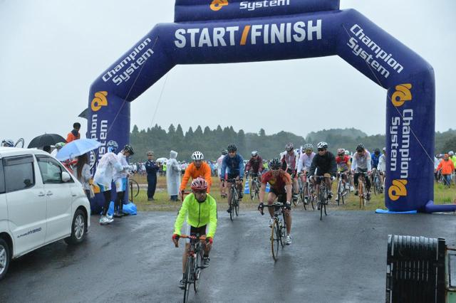雨の中スタート 2012 ツール・ド・ちば 2日目