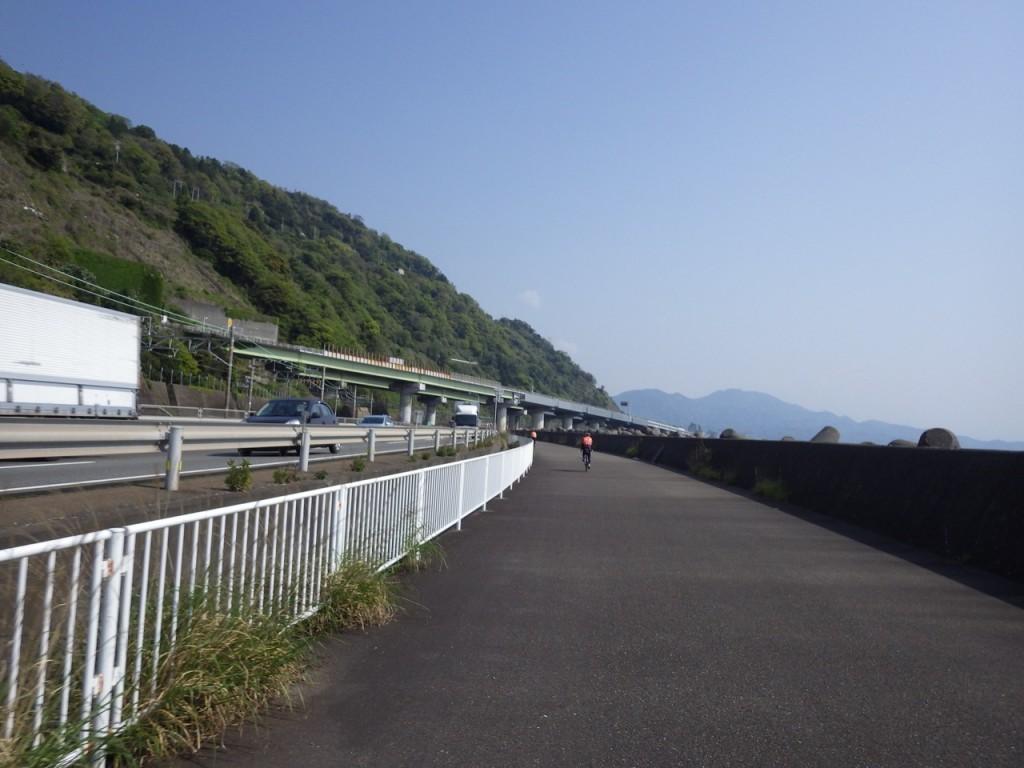 由比。東名高速、国道1号、JR東海道線ががけ下を通る (2015BRM425神奈川400興津)