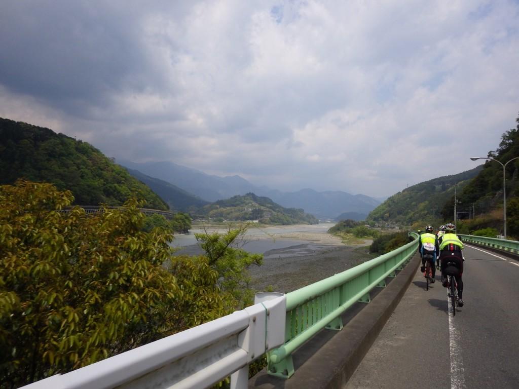 富士川の河川敷を望みながら進む (2015BRM425神奈川400興津)