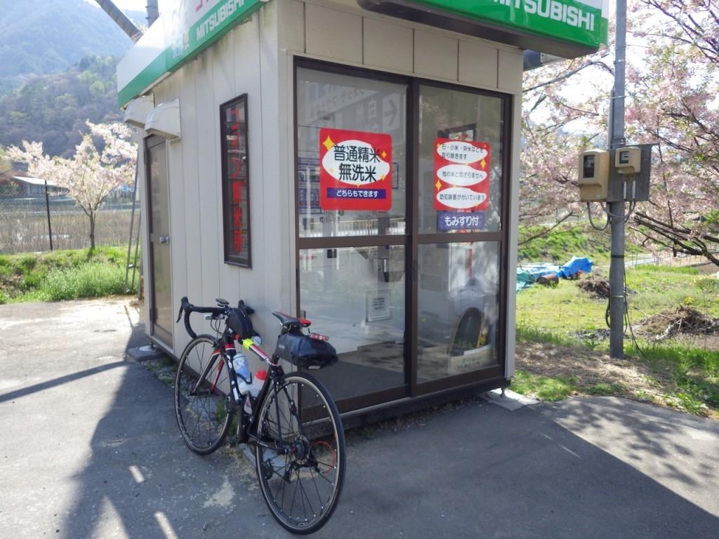 富士見峠の途中の自動精米所で休憩 (2015BRM425神奈川400興津)