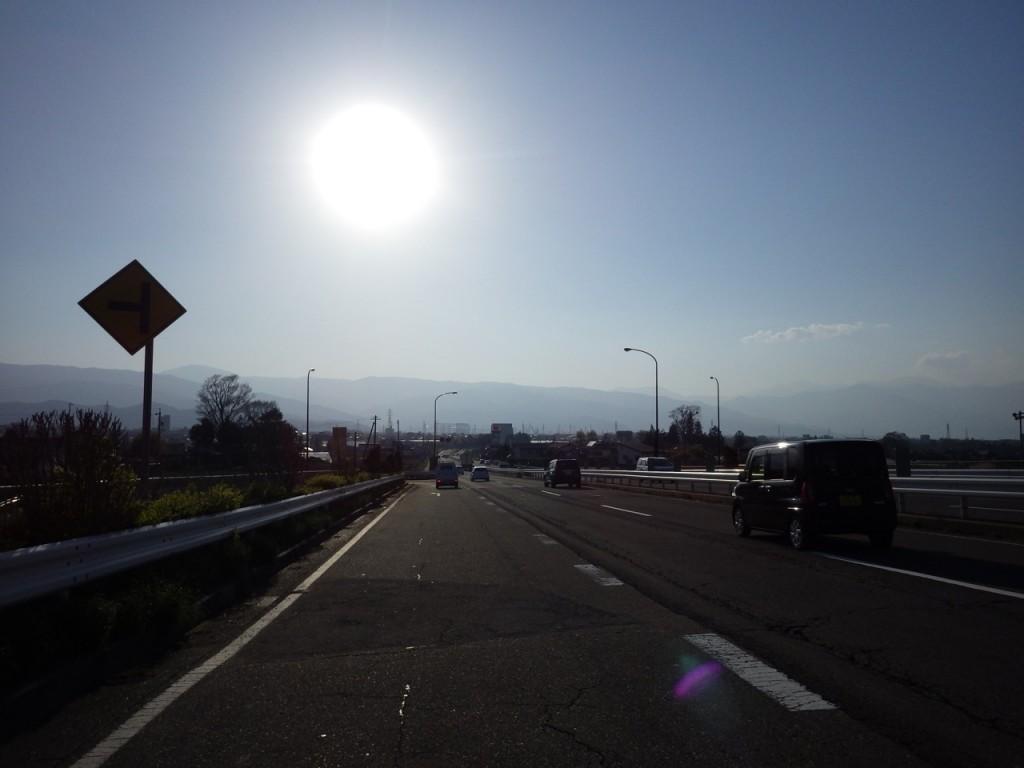 塩尻市へのダウンヒル。太陽もだいぶ低くなってきた (2015BRM425神奈川400興津)