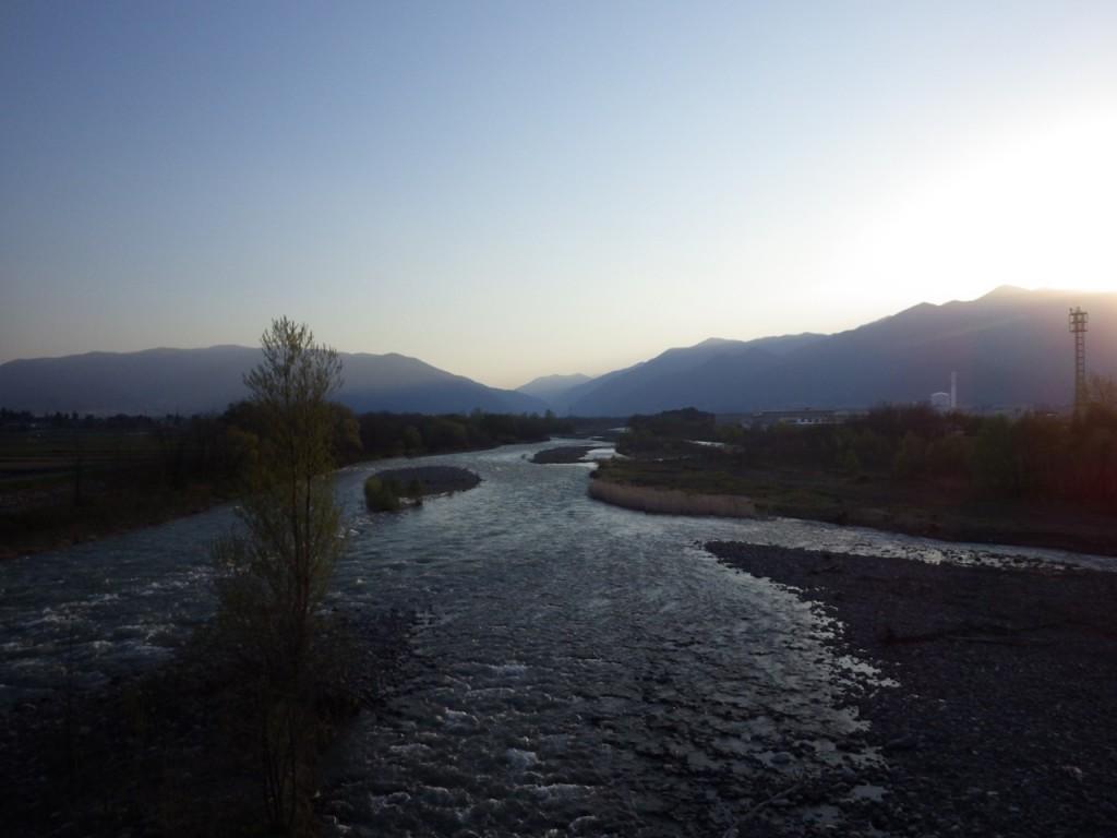 夕闇がせまりつつ梓川を越える。バックは北アルプス (2015BRM425神奈川400興津)