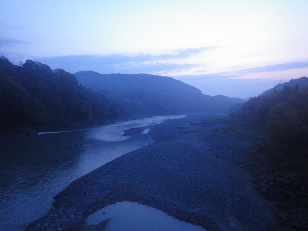 明るくなり富士川が見え始める (2015BRM425神奈川400興津)