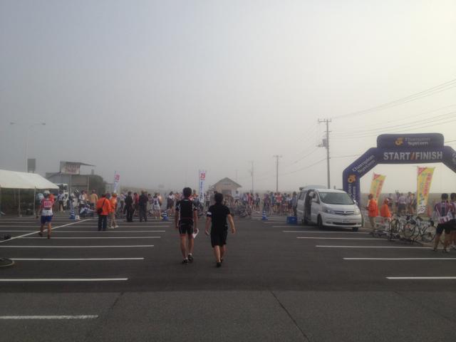 海霧が漂うスタート会場 2012 ツール・ド・ちば 1日目