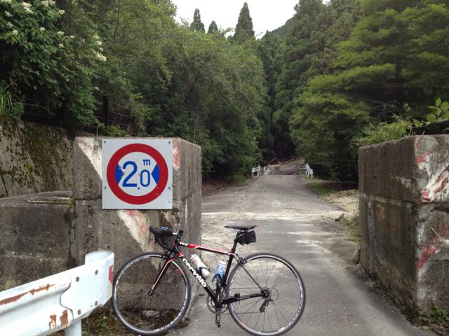 石榑峠の三重県側の手前にある小峠。ここから狭小区間。 2013/7/15