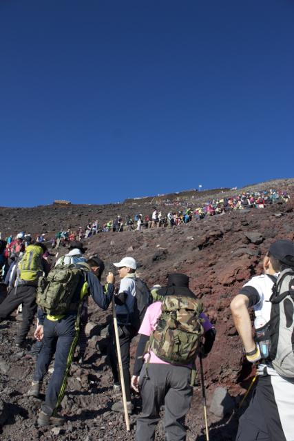 前の人のお尻を見ながら進む 富士登山 2011年7月11日