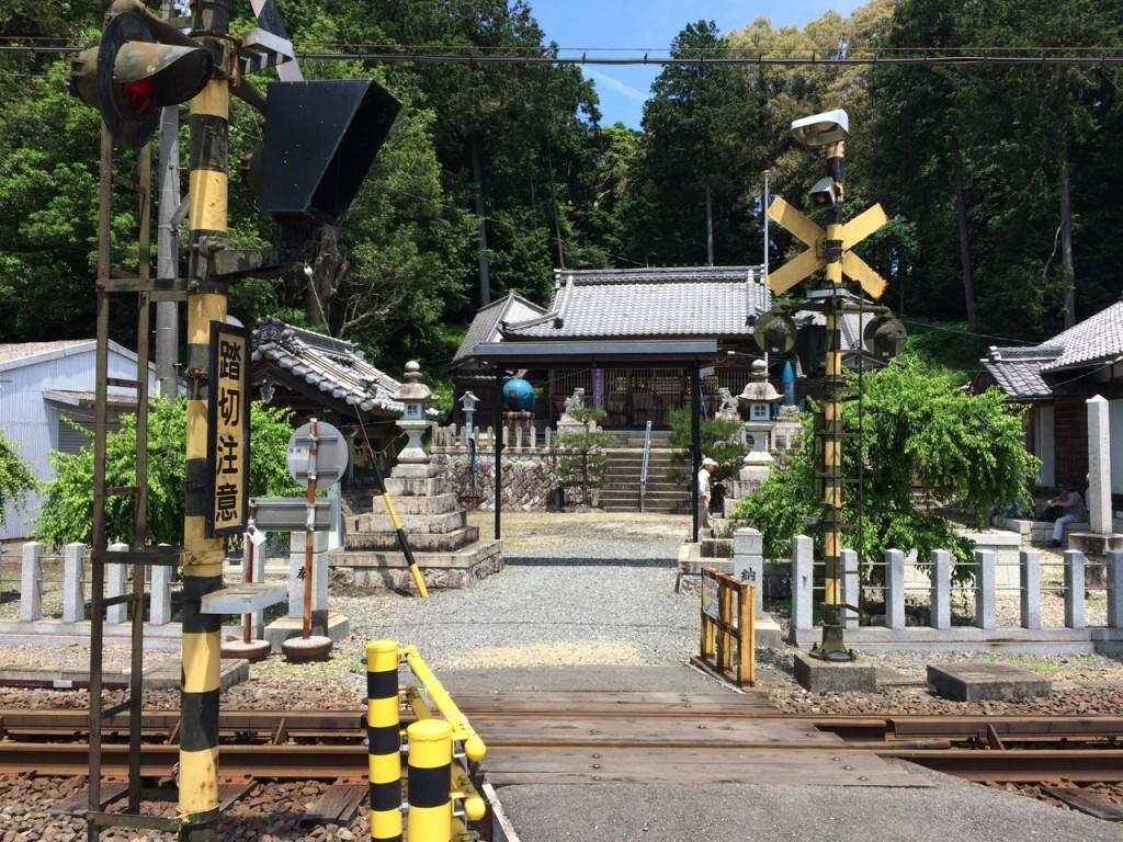 砲弾と機雷が奉献されている下笠田八幡神社 北勢線の線路を越えて参拝する
