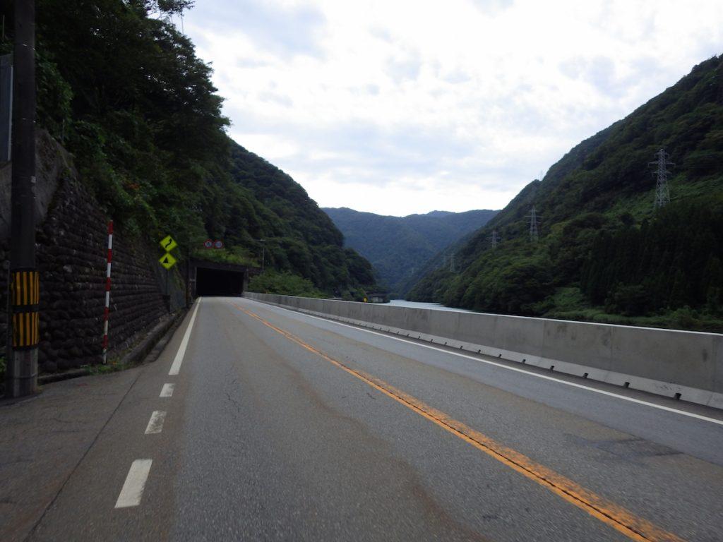 谷間を走る国道41号線を進む 2015BRM912近畿400金沢