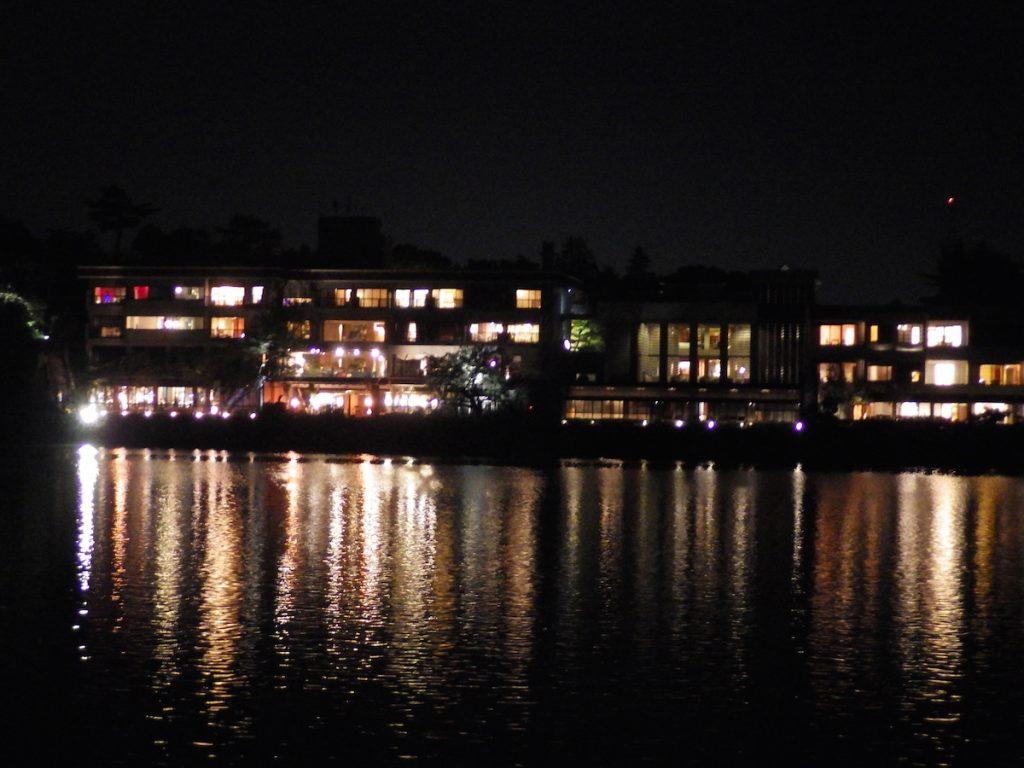 神通川第三ダムの湖畔にあるリバーリトリート雅樂倶が幻想的 2015BRM912近畿400金沢
