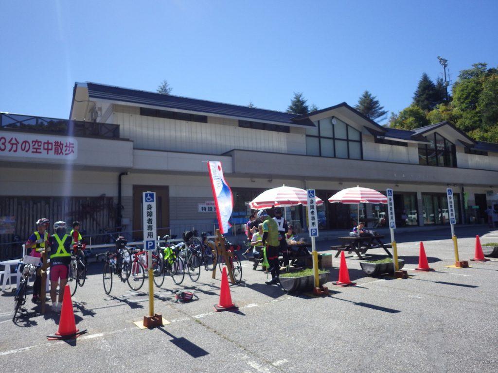 AJ静岡のスタッフからチェックを受ける 2015 BRM1003静岡200