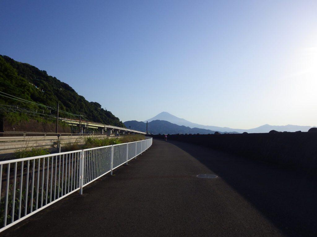 富士山を正面に国道1号の歩道を進む