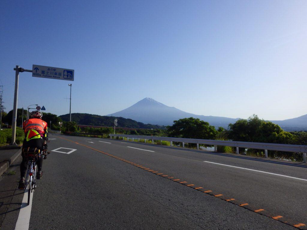 富士川沿いに出ると富士山が大きくなる