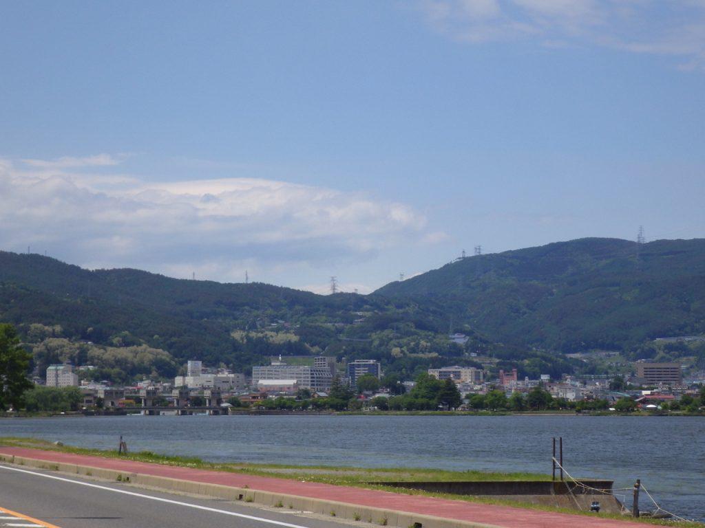諏訪湖に出た。 これから塩尻峠を越える。