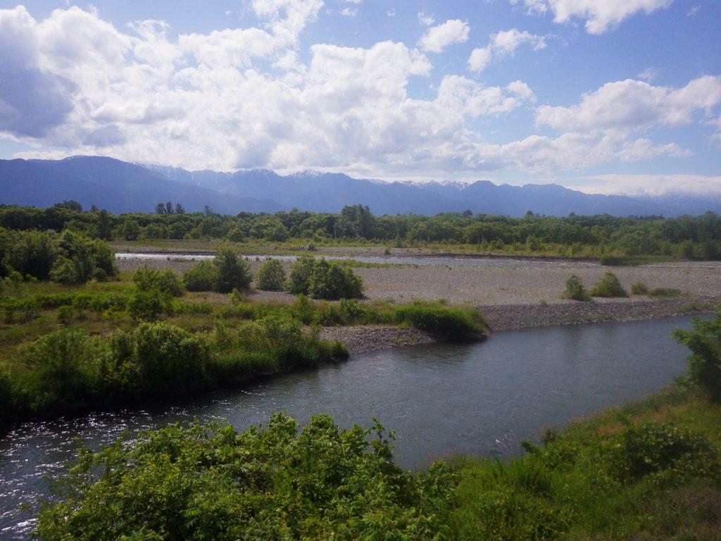 犀川河畔を進む