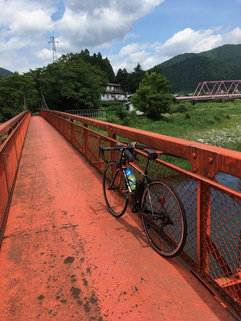 吊橋で根尾川を渡る