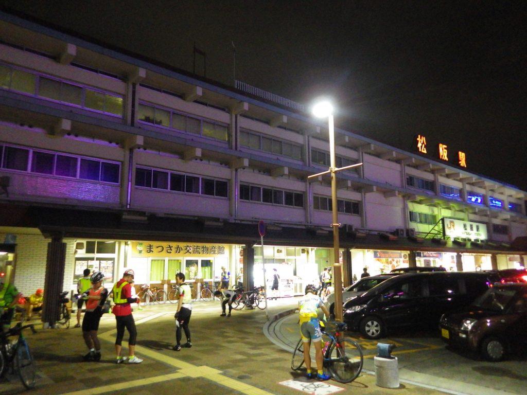 もうすぐブリーフィングが始まる松阪駅前