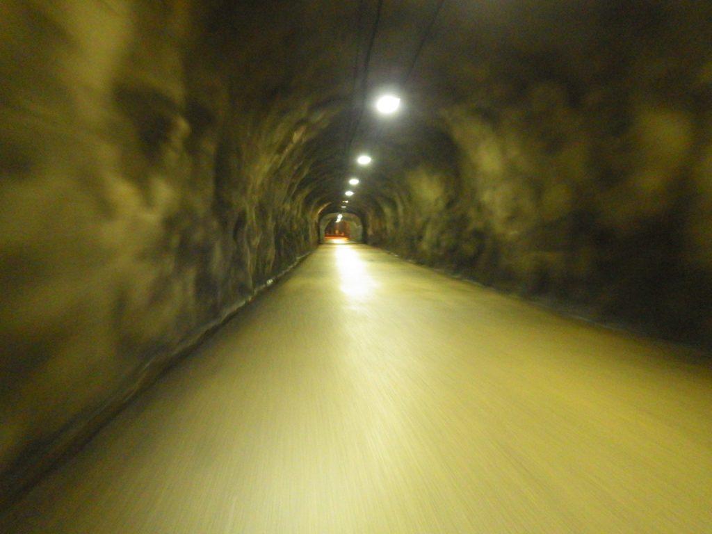 雰囲気の良いトンネルを通る