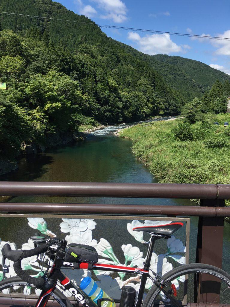 根尾川を渡る