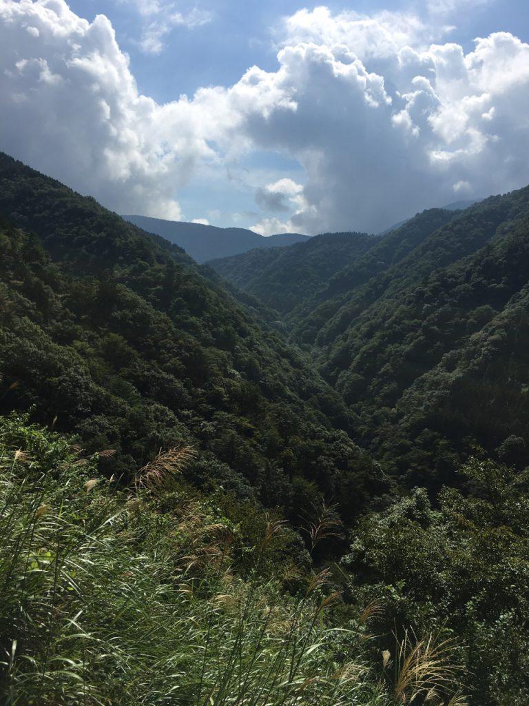 峠の滋賀県側の谷も深い