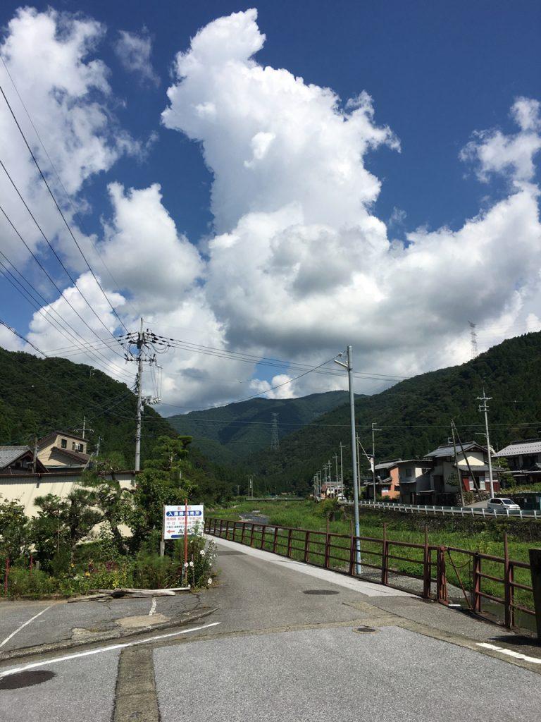 高山町の集落から鳥越峠を望む
