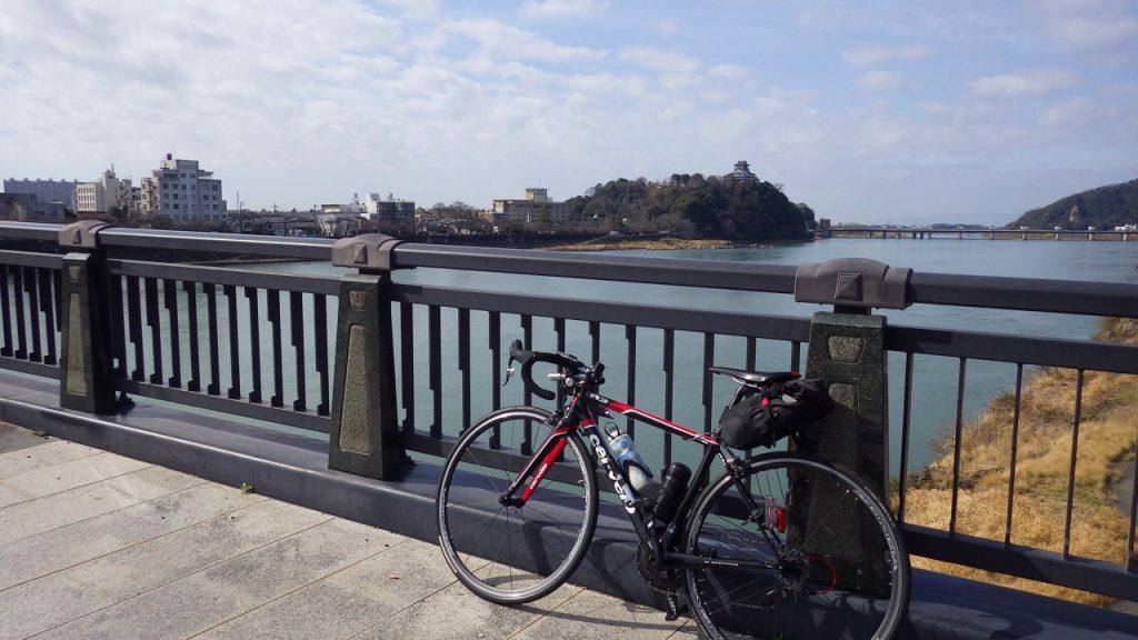 木曽川を渡る。遠くに見えるは犬山城