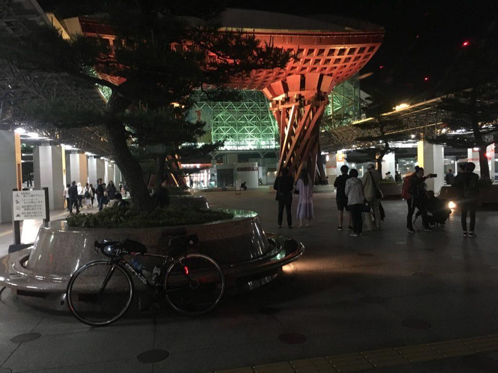 夜の金沢駅に戻り写真を撮る観光客の一人となる
